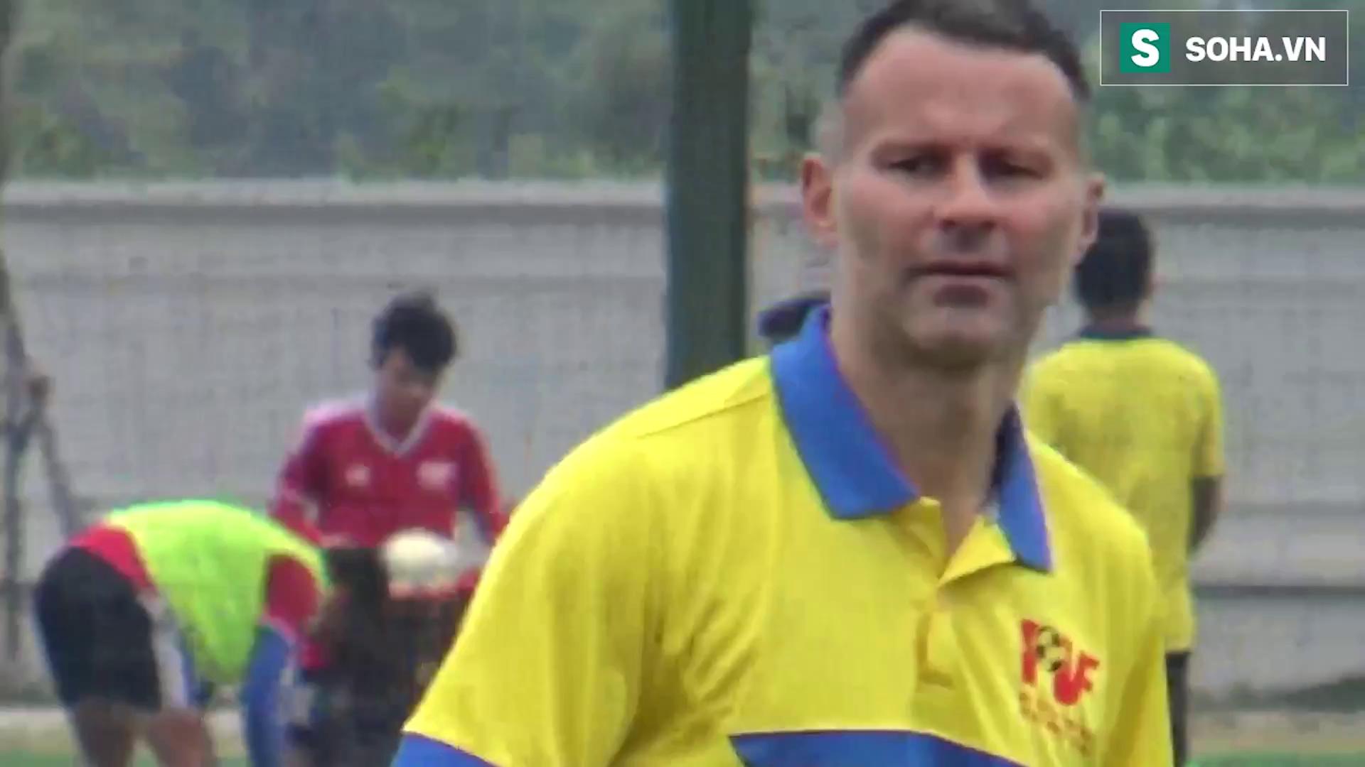Scholes lộn nhào với cầu thủ nhí, Giggs liên tục vỗ tay khen tài năng Việt