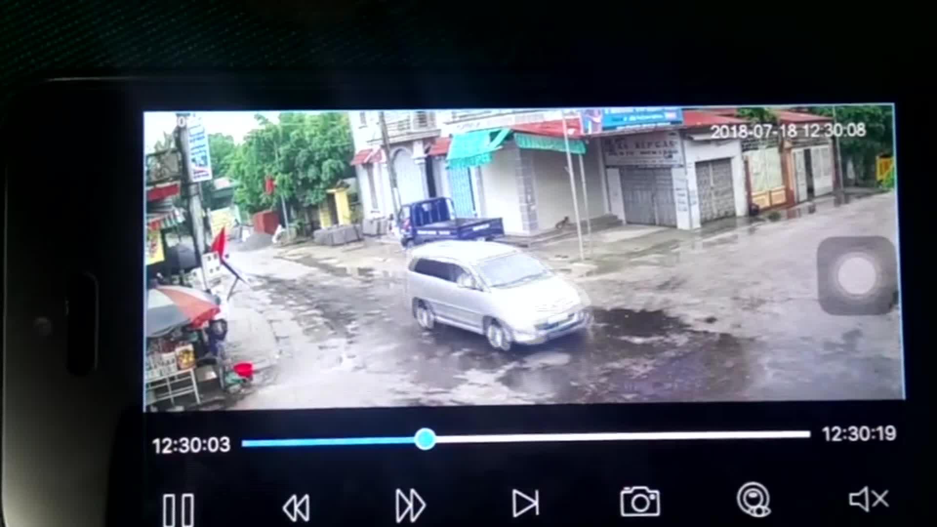 Hình ảnh vụ tai nạn ở ngã tư đường
