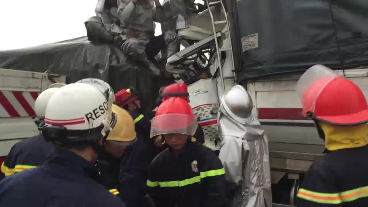Cảnh sát PCCC cứu 3 người thương vong kẹt trong cabin xe tải