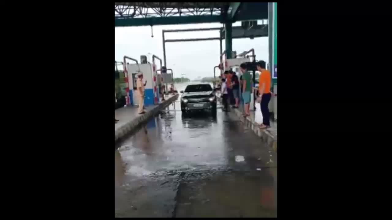Tài xế tự mở barie cho phương tiện đi qua trạm BOT Mỹ Lộc