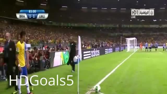 Neymar trêu ngươi đối thủ bằng nụ hôn đồng tính