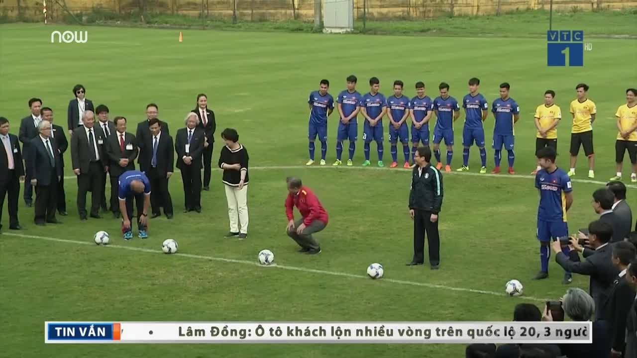 Tổng thống Hàn Quốc, Phó Thủ tướng Vũ Đức Đam đá bóng cùng u23 Việt Nam