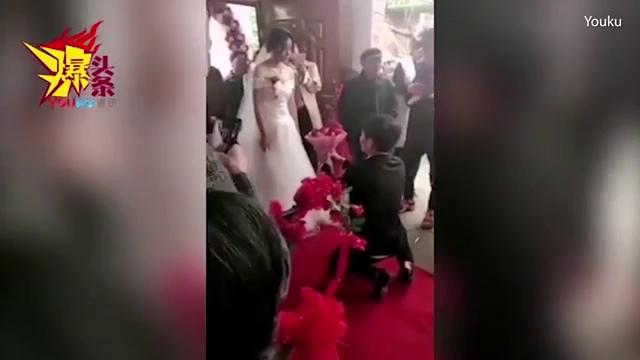 Quỳ gối cầu hôn bằng hai chân, chú rể bị cô dâu từ chối ngay tại lễ cưới.