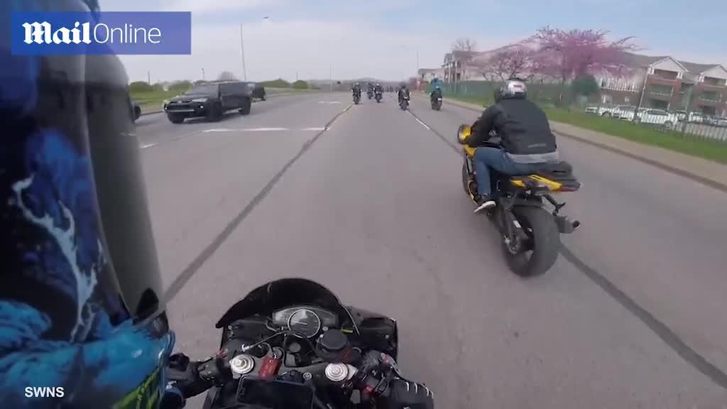 Va chạm với mô tô 4 bánh, nam thanh niên thoát chết ngoạn mục
