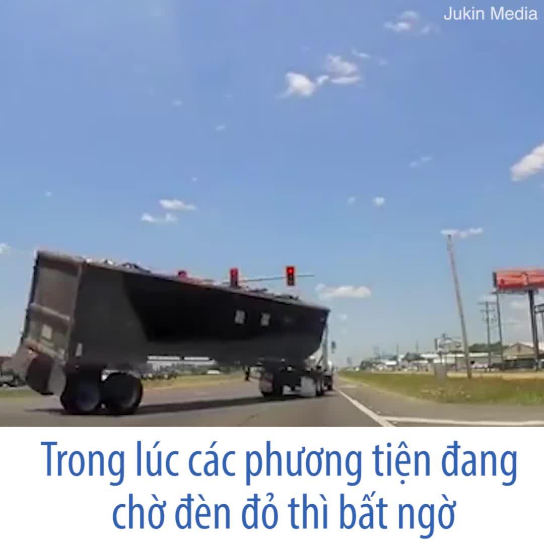 Ôm cua với tốc độ cao, tài xế gặp nạn