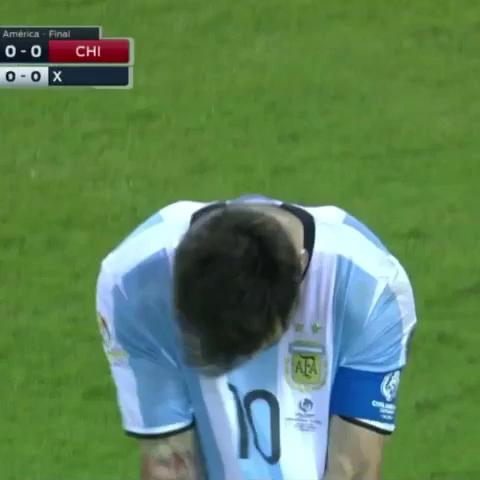 Messi đá hỏng 11m trước Chile
