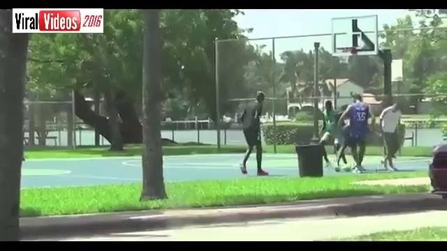 Pogba chơi bóng cùng bạn bè