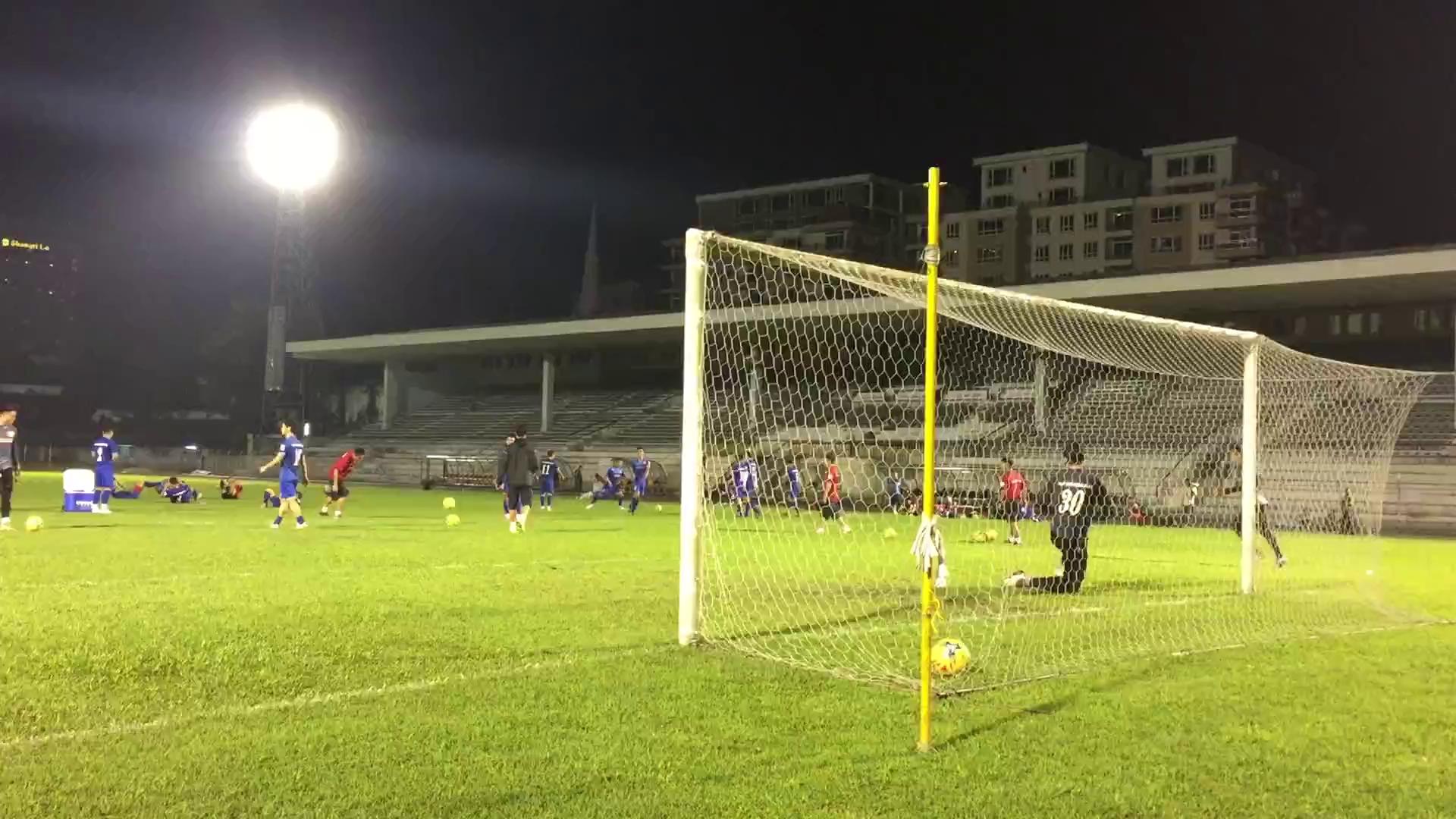 Công Phượng đá penalty trong buổi tập của ĐT Việt Nam