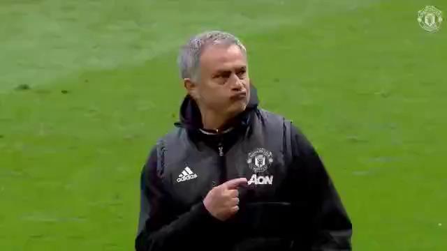 Mourinho chỉ tay vào logo Man United trên ngực áo