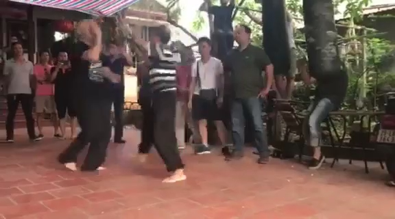 Võ sư Flores đánh bại võ sư Trần Lê Hoài Linh