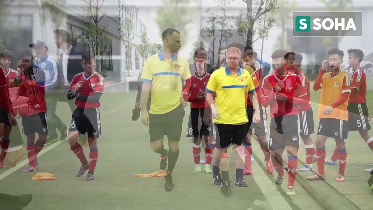 Giggs và Scholes đá bóng với các cầu thủ PVF