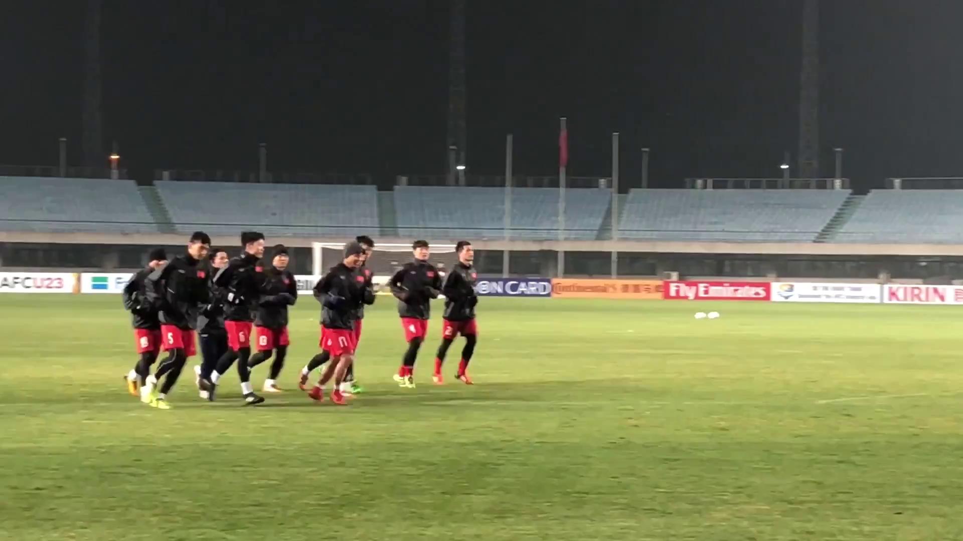 Các cầu thủ U23 Việt Nam tập luyện làm quen sân Thường Thục