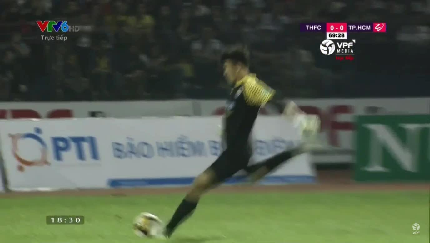 Thủ môn Bùi Tiến Dũng kiến tạo cho đồng đội ghi bàn