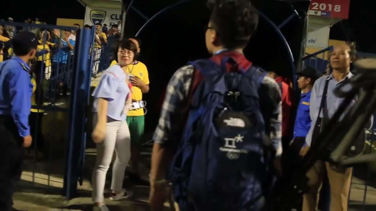 Mai Tiến Thành phản ứng với CĐV Thanh Hóa