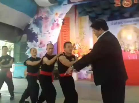 """Chưởng môn Huỳnh Tuấn Kiệt biểu diễn võ công """"truyền điện"""""""
