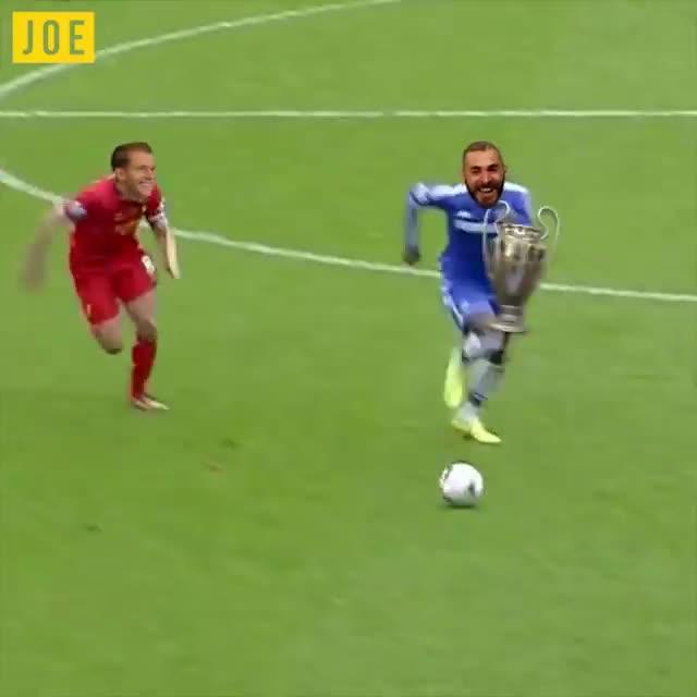 2 sai lầm của thủ môn Karius được so sánh với cú trượt chân của Gerrard khiến Liverpool mất ngôi vô địch