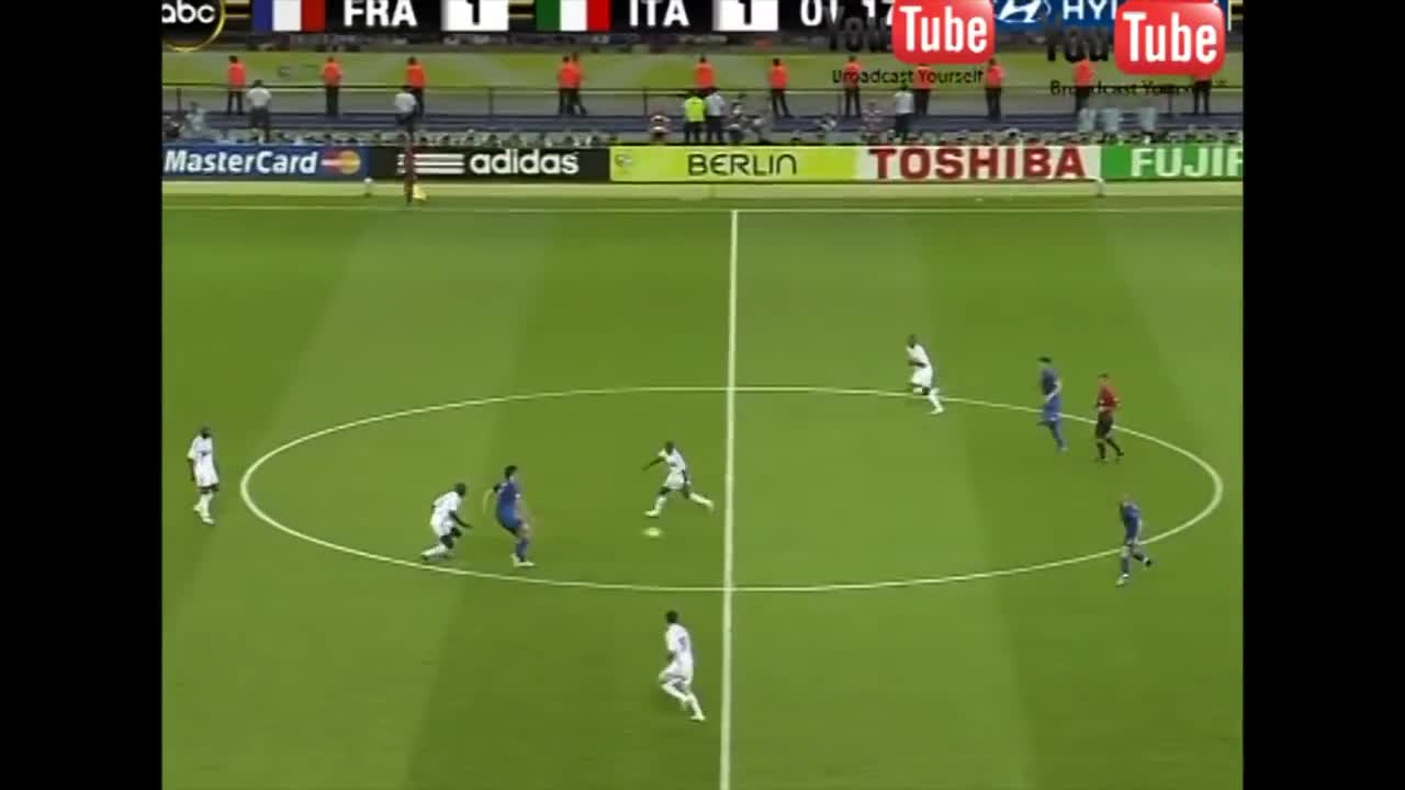 Zidane húc đầu vào ngực Materazzi