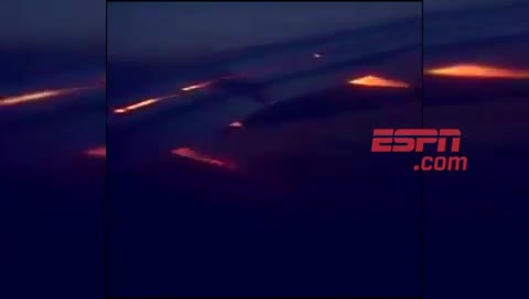 Máy bay của ĐT Saudi Arabia bốc cháy