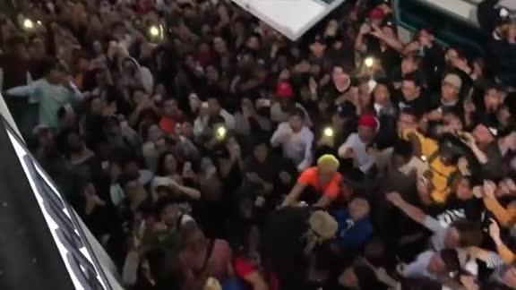 Fan đưa tiễn XXXTentacion đã tạo thành đám đông hỗn loạn và có nhiều hành động nguy hiểm.
