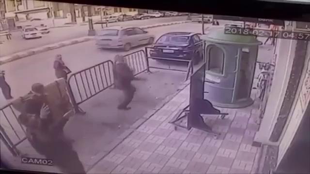 Video cảnh sát dùng tay không đỡ cậu bé rơi từ tầng 3