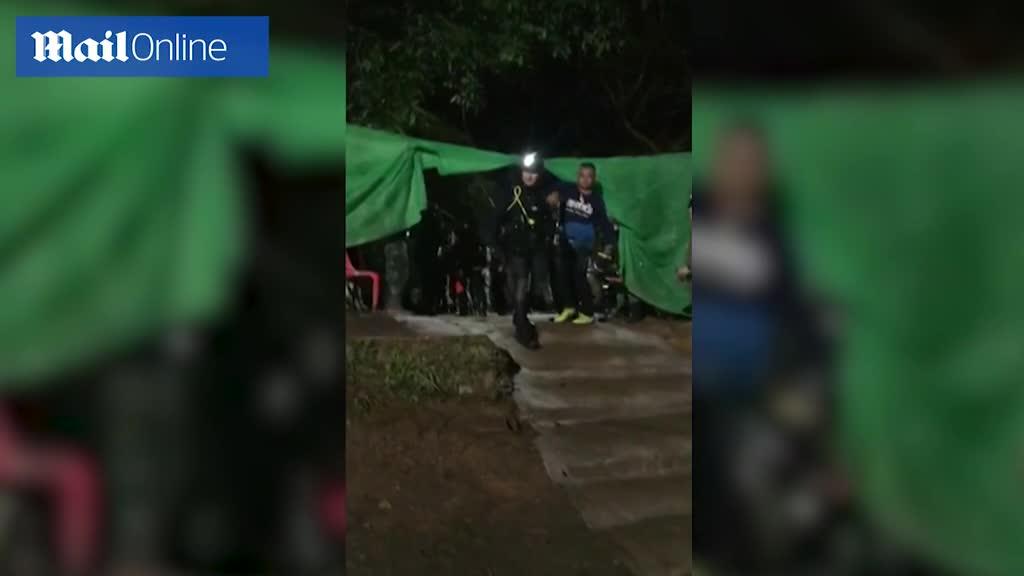 Những người tham gia quá trình cứu hộ được chào đón như anh hùng khi rời hang Tham Luang.