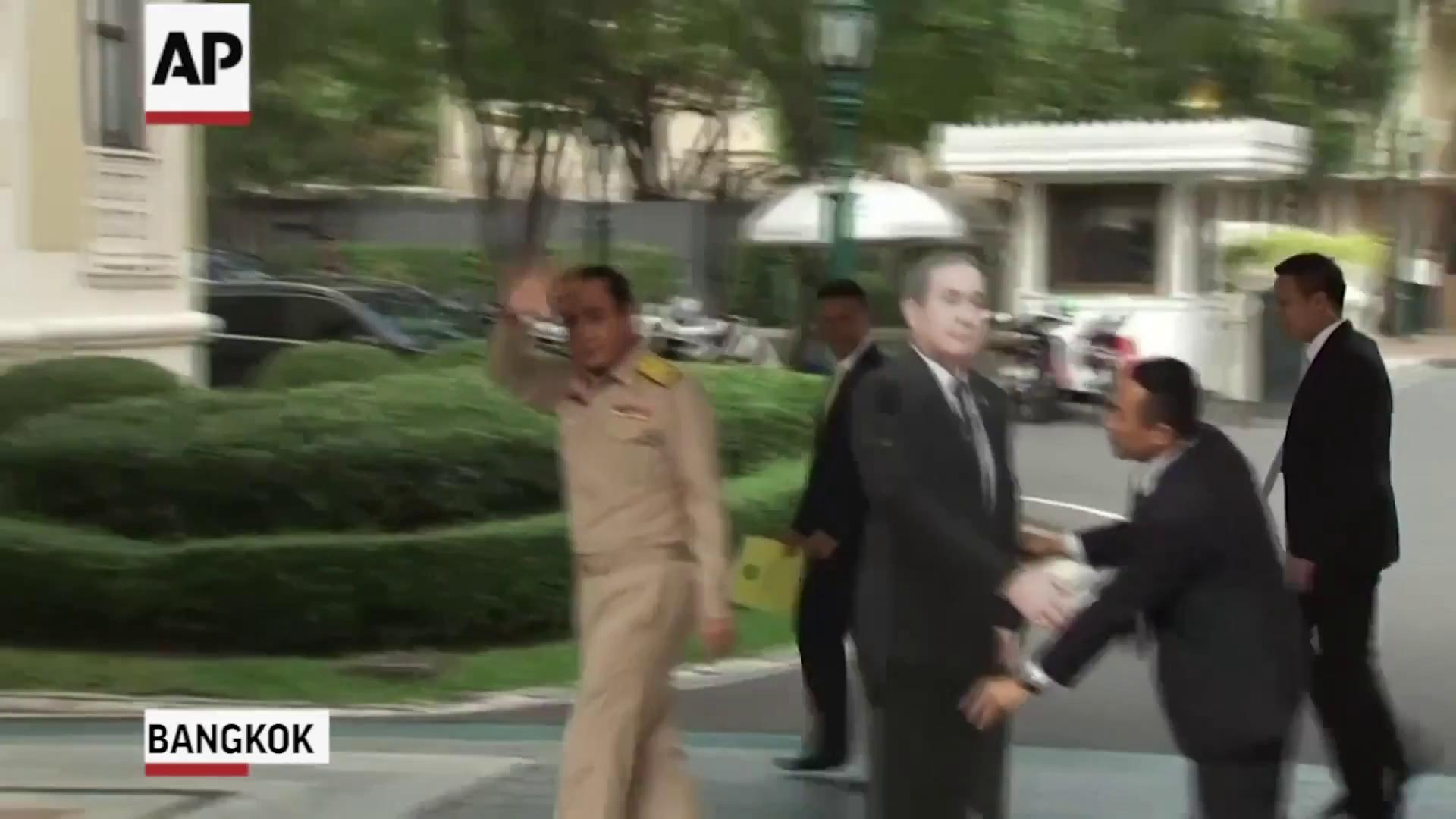 Thủ tướng Thái Lan đã đưa ra sáng kiến độc đáo để né tránh câu hỏi nhạy cảm từ báo giới. Nguồn: AP.
