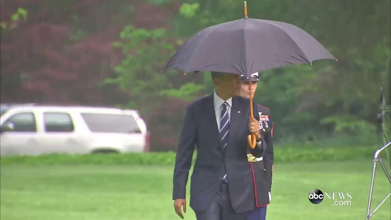 Hành động lịch thiệp của cựu tổng thống Obama được nhiều người khen ngợi.