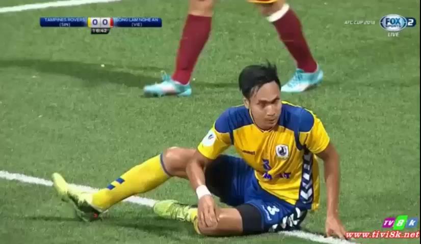 Thủ môn Nguyên Mạnh gặp chấn thương ngay phút 17 trận đấu. Nguồn: Fox Sports.