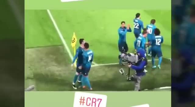 Cổ động viên Juventus vỗ tay tôn vinh Ronaldo
