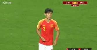 Vương Sân Siêu lén đeo dây chuyền trong sân đấu