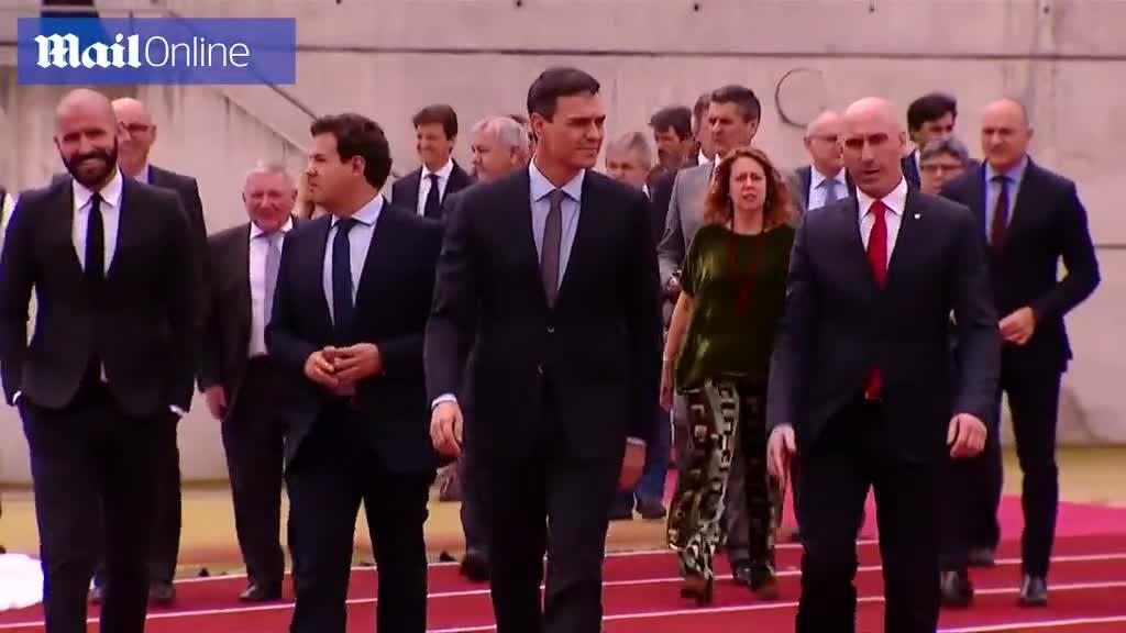 David de Gea ngó lơ khi thủ tướng Tây Ban Nha Pedro Sanchez phát biểu
