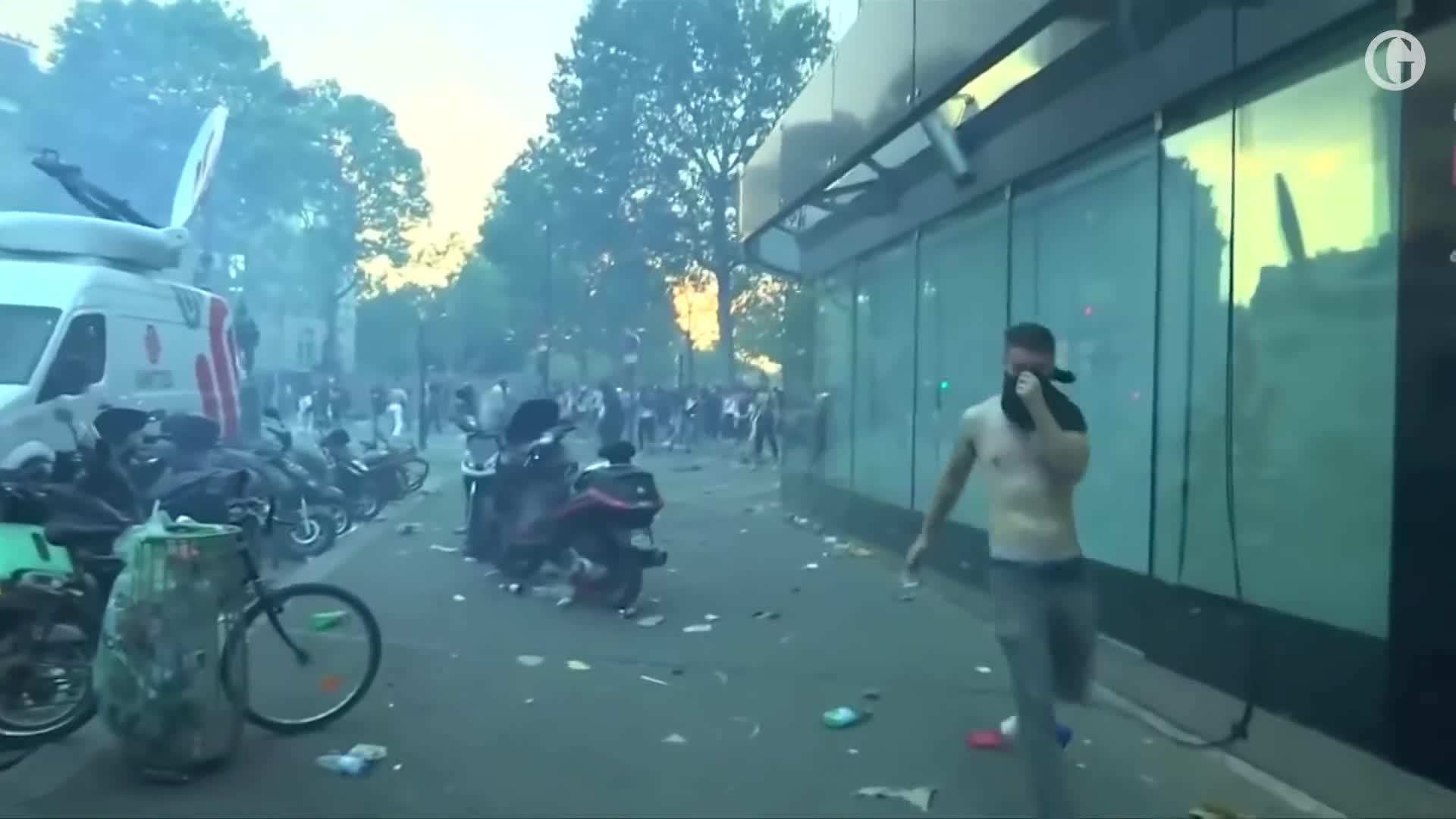 Cổ động viên Pháp bạo động giữa Paris