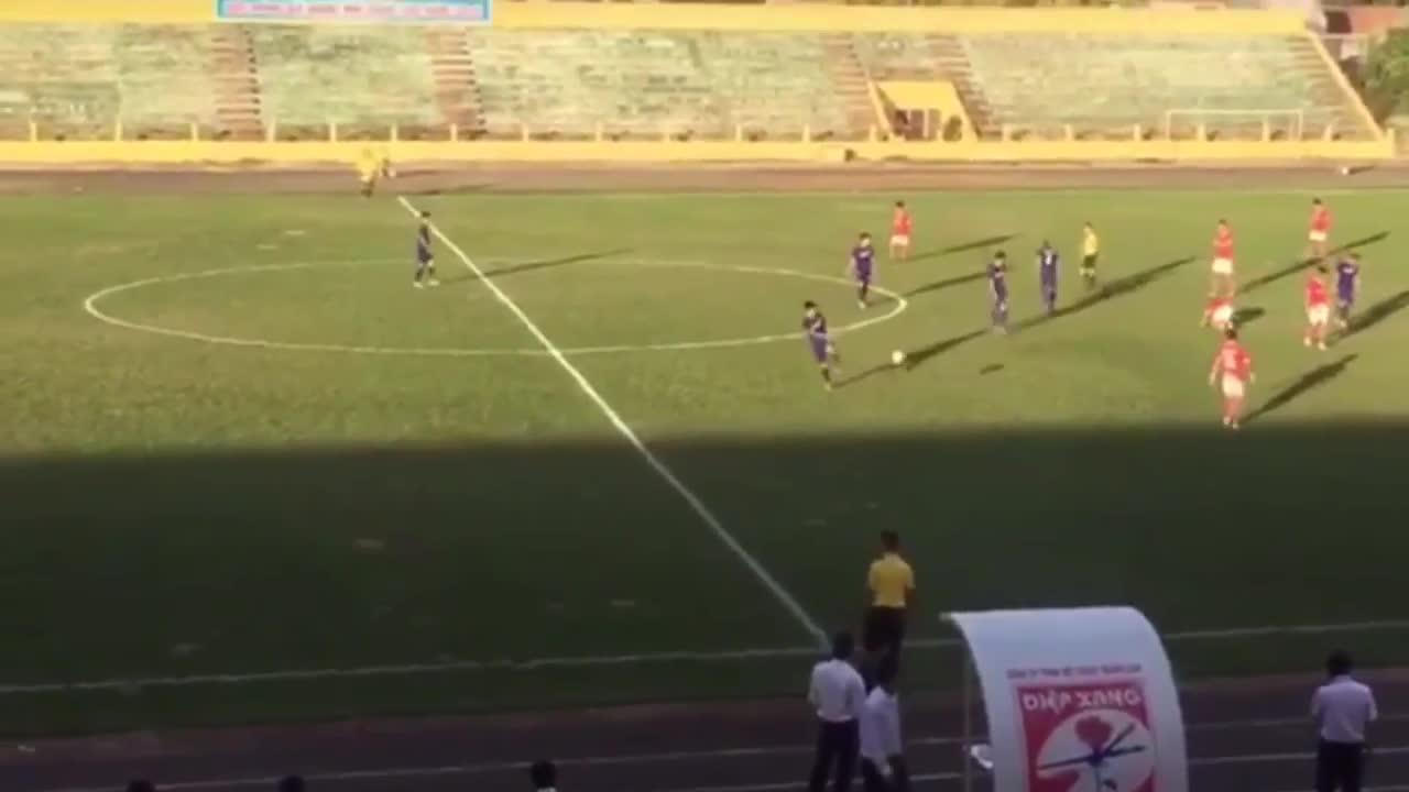 Cầu thủ Bà Rịa Vũng Tàu đuổi đánh trọng tài