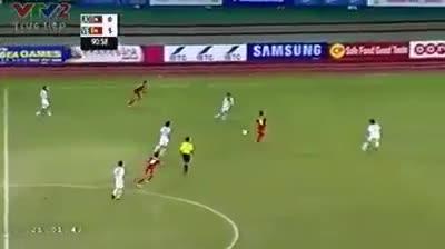 Sầm Ngọc Đức đánh cùi chỏ vào mặt cầu thủ Lào tại SEA Games 27
