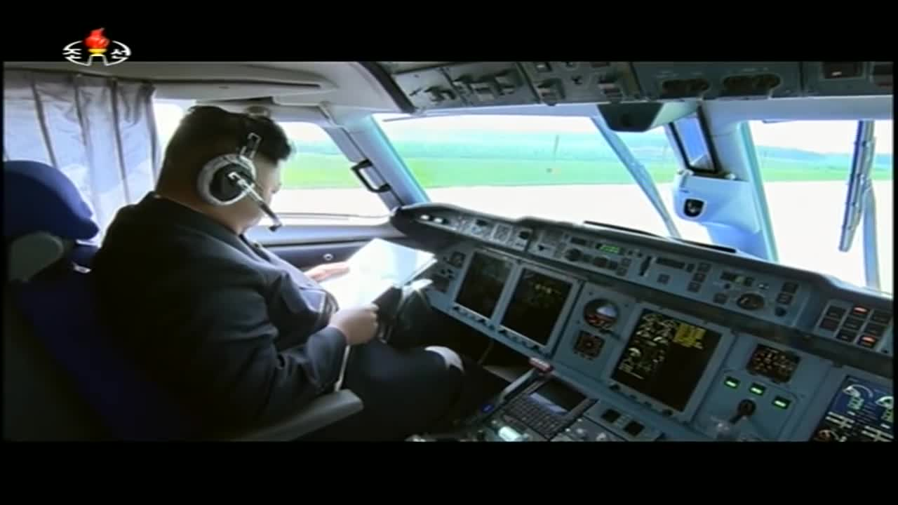 Ông Kim Jong Un lái máy bay.