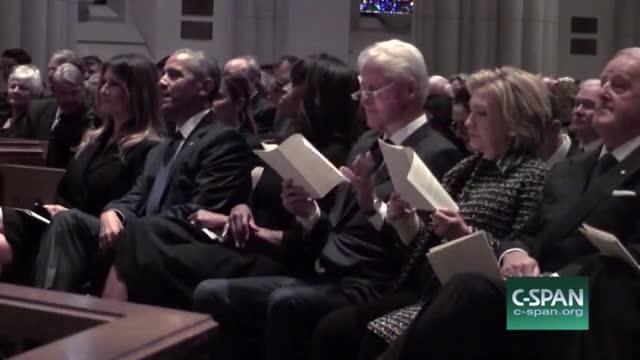 Bà Melania mỉm cười khi nói chuyện cùng ông Obama.