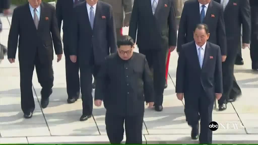 Ông Kim Jong Un bước qua biên giới liên Triều.