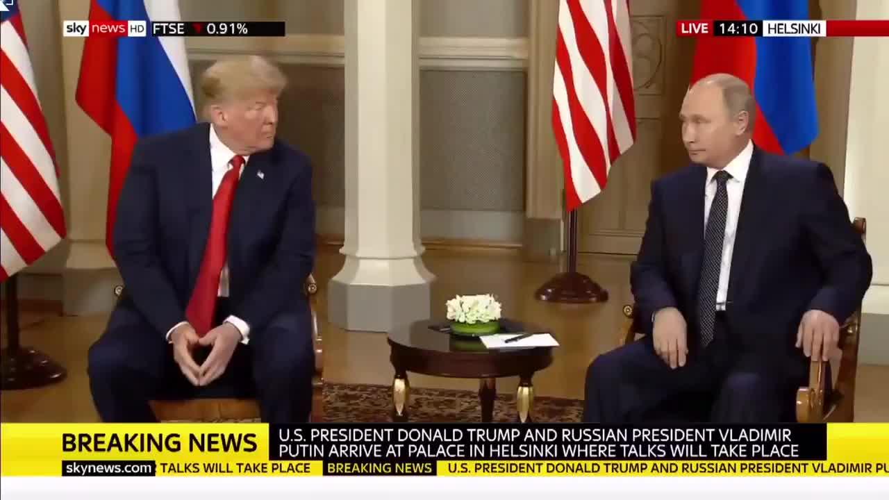 Video: Cử chỉ khó hiểu của Tổng thống Trump khi nói chuyện với Tổng thống Putin