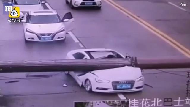 Cần trục đè bẹp đầu ô tô Audi, tài xế hoảng hồn chui ra khỏi cabin