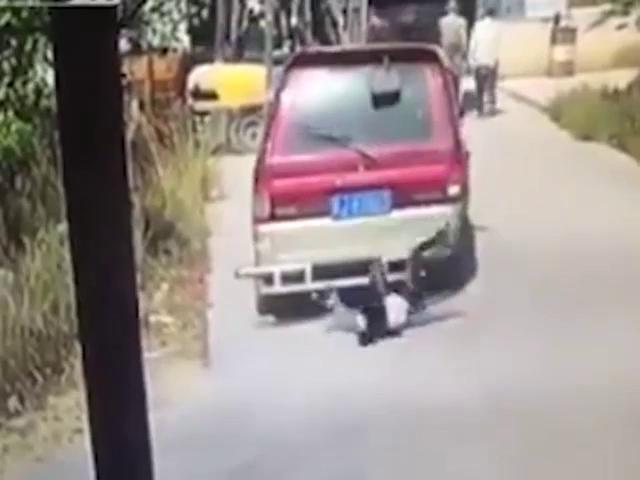 """Video: Cắm mặt vào điện thoại, cô gái """"đo ván"""" dưới gầm ô tô"""