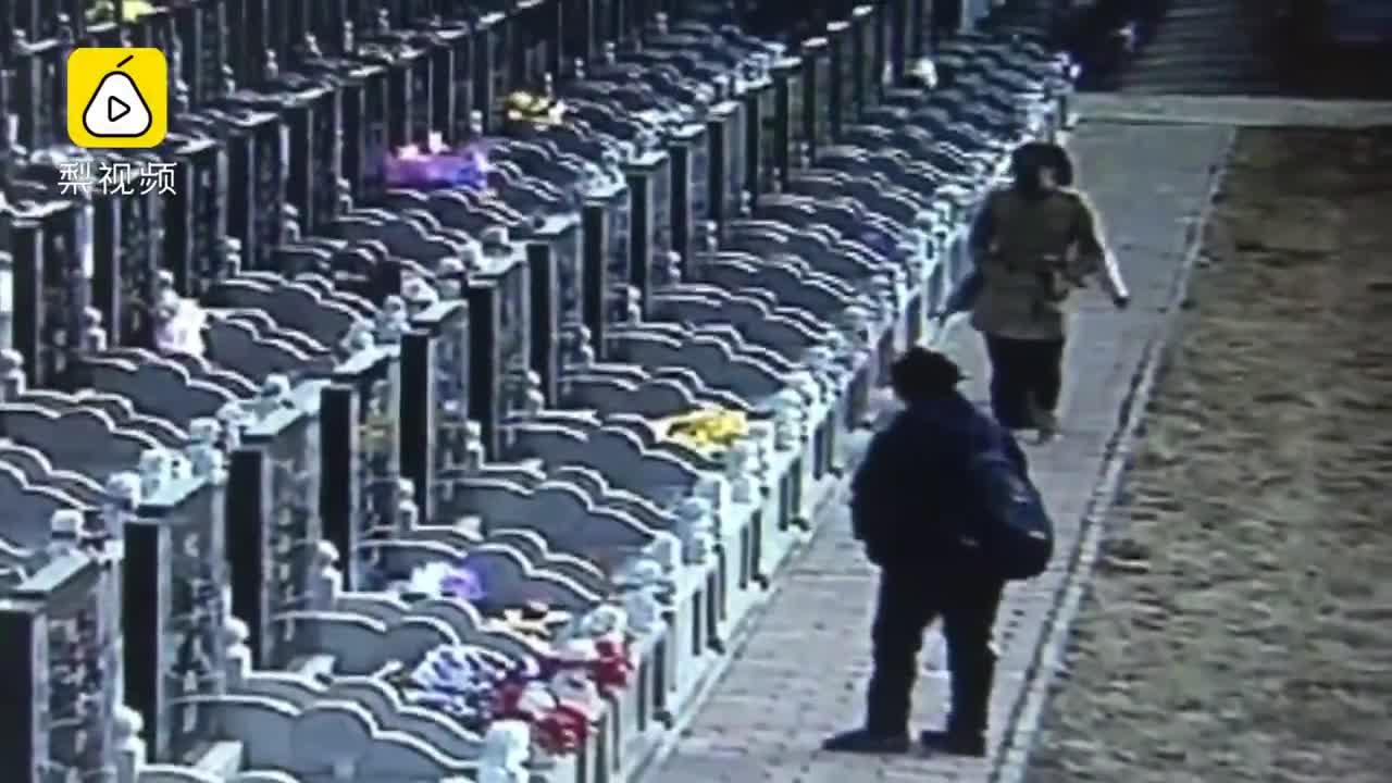 Những tên trộm thản nhiên lấy cắp đồ cúng tại nghĩa trang. Video: Pear video
