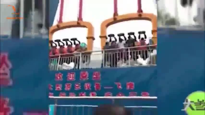 Video: Du khách bị hất văng xuống đất khi chơi trò Đại bàng tung cánh