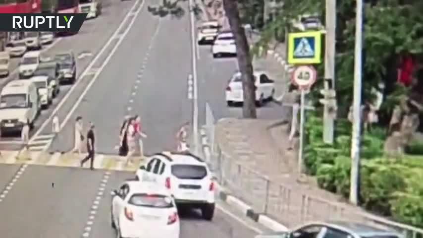 Video: Tài xế ngủ gật lao xe lên vỉa hè, húc văng khách bộ hành.