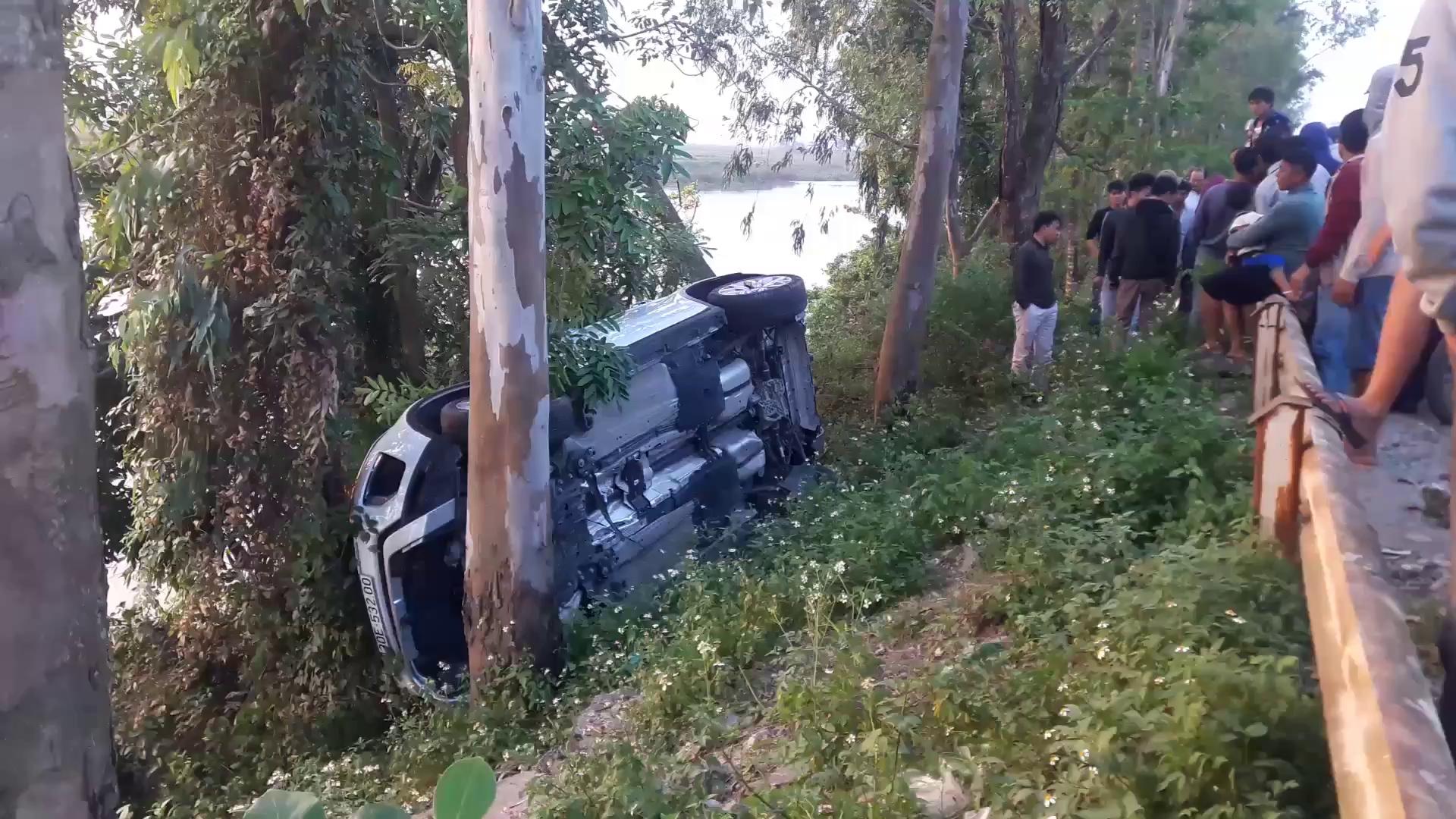 Video hiện trường vụ tai nạn xe Range Rover bay qua lan can như phim ở Nghệ An.