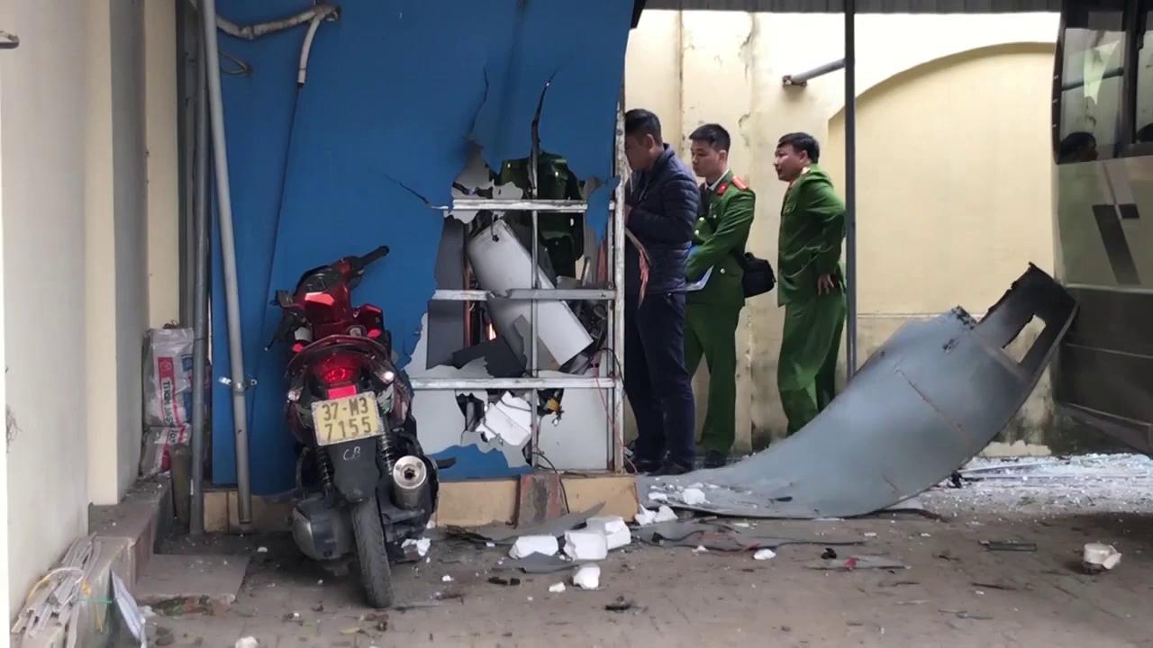 Video hiện trường vụ nổ cây ATM sáng 22/12 tại trường Cao đẳng Du lịch và Thương mại Nghệ An.