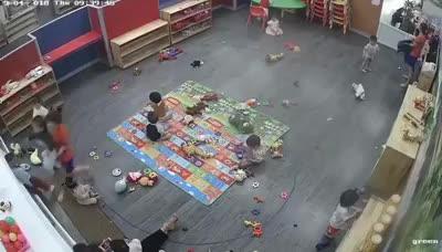 Video camera ghi lại cảnh giáo viên đánh trẻ kinh hoàng trong lớp học.
