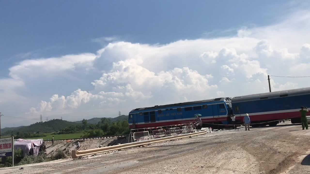Chuyến tàu đầu tiên thông tuyến qua hiện trường vụ tai nạn tại Thanh Hoá trên đường sắt Bắc Nam.