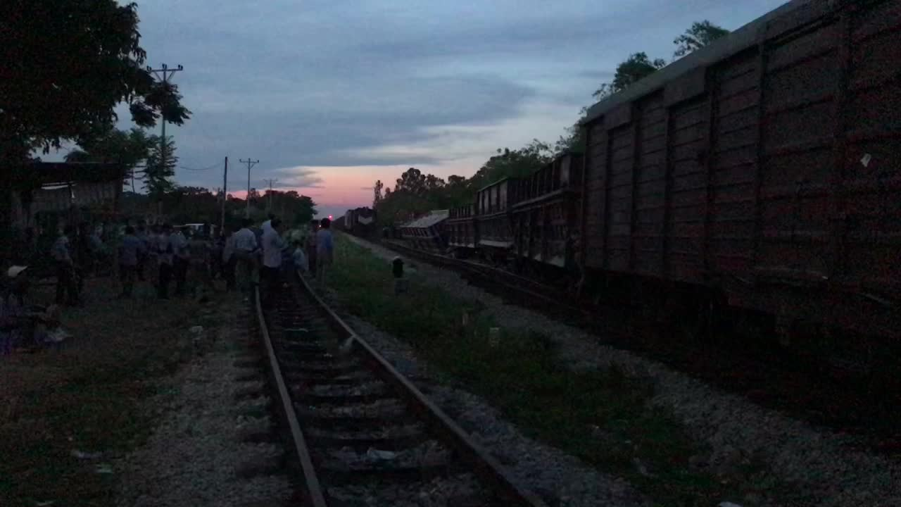 Hiện trường vụ tàu hàng bị trật bánh, nghiêng trên đường ray vào ga ở Nghệ An.