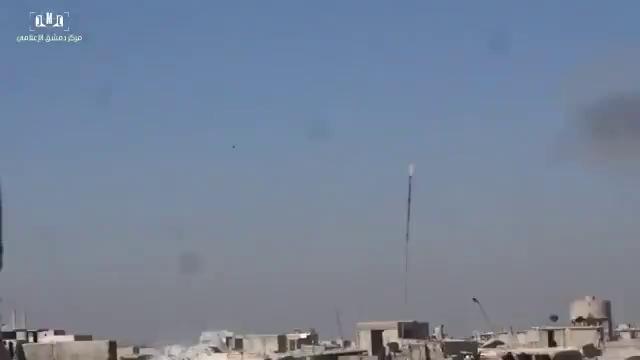 Lữ đoàn 42 thuộc sư đoàn cơ giới số 4 pháo kích mãnh liệt vào khu vực Jobar, ngoại ô thành phố Damascus