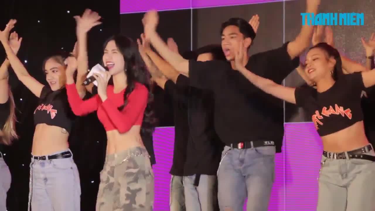 Hòa Minzy gợi cảm đi làm giám khảo sau ồn ào với Công Phượng